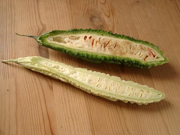 niedojrzały gorzki melon ma biały miąższ