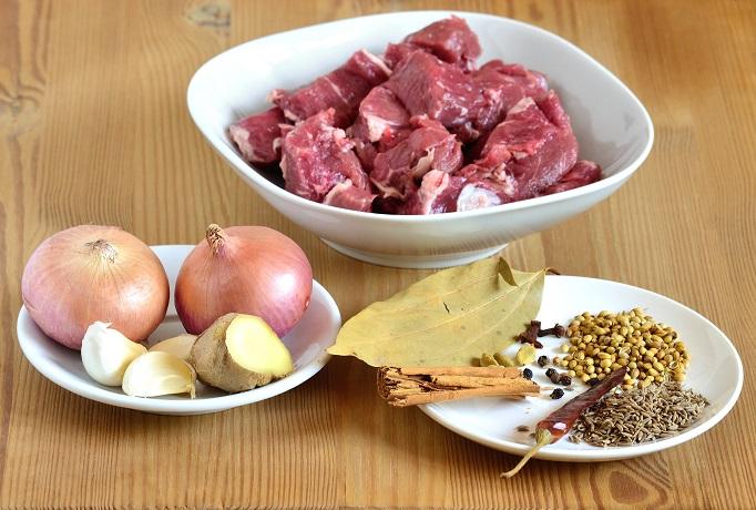 mięso do curry gotuje się z cebulą, czosnkiem i imbirem oraz mieszanką przypraw (Garam Masala)